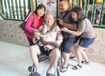 奕娇(左)一家人与蛇开心合照留念。
