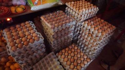 善信们带来鸡蛋当供品,希望喂食庙里的蛇。