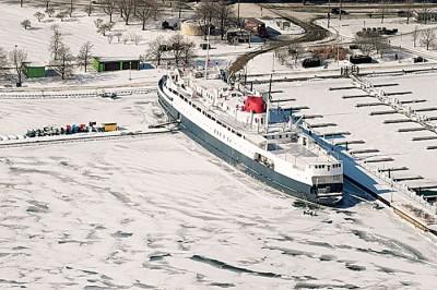 密歇根湖上的船只动弹不得。