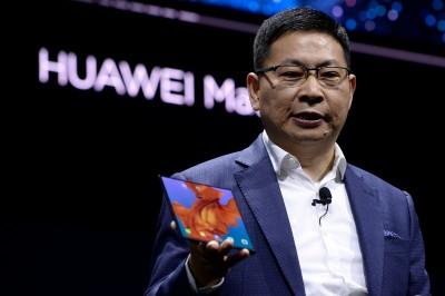 华为消费者业务总执行长余承东,于西班牙巴塞隆受世界行动通讯大会发布首款5G折叠手机,命名为Mate X。(法新社照片)