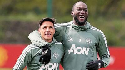 桑切斯(左)与卢卡库成为曼联进攻支柱。