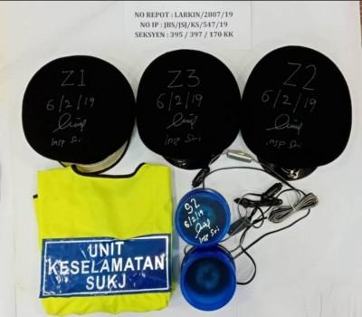 警方起获的3顶警帽和外套。