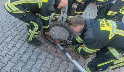"""消防部门派出一开7人口结的抢救抢险队伍赶到现场营救""""落难""""鼠。"""