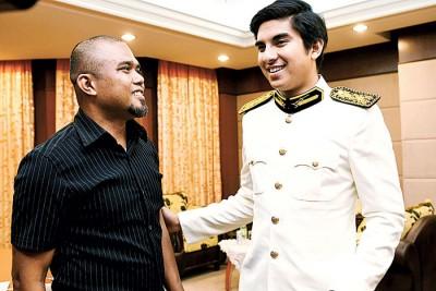 赛沙迪(右)出席活动时与汶莱前脚车队主帅莫哈末亚非兹交流。