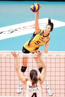 中国女排队长朱婷(面对镜头者)无论是在实力上,还是人气上都实现对所有对手的碾压,是当之无愧的世界第1。