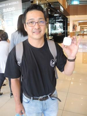 视障人士室内导航系统或应用程序的编写员何明曏手持蓝牙收发器。