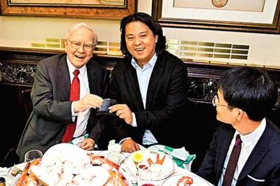 朱晔(中)2015年时买下了和巴菲特(左)午餐的机会。