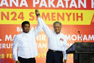 马哈迪(右)为艾曼站台,呼吁士毛月选民为了该区发展,应该选择拥有坚强后盾的艾曼。