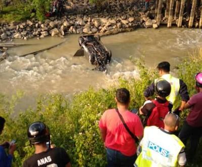 一辆汽车经过村庄小桥梁时意外坠河。