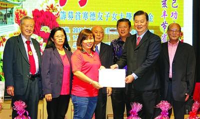 移交义卖报纸所筹得款项,左起李之仁、陈素珍、苏晓妹、陈钰标、陈国耀、许俊来和刘宝川。