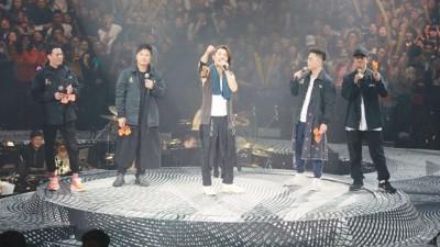 """郑伊健唱到""""安哥""""部份,""""黄金兄弟""""陈小春、钱嘉乐、谢天华和林晓峰踩场。"""