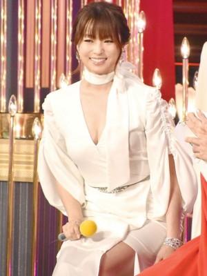 深田恭子一袭雪白女神礼服引起热议。