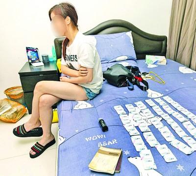 涉嫌卖淫的女郎落网后,被搜出大批避孕套。