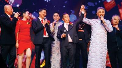 亚洲城登录网站(右2)邀请陈国伟(右3)合唱《朋友》,获得热烈回响。