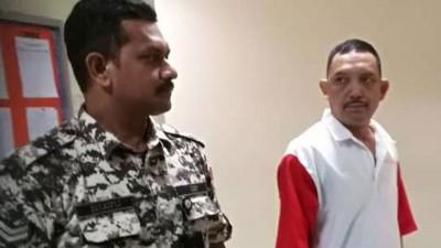 被告罗斯兰胡先(右)脱离二度在铁窗藏毒罪名后吃带去法庭。