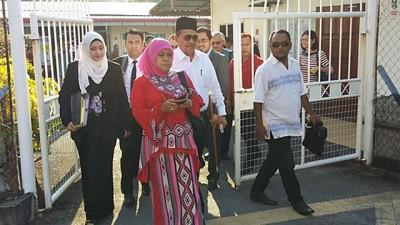 沙希淡(右2)与太太(右3)、家人及代表律师在案件过堂后,步出法庭。