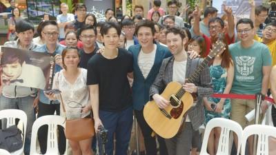 倪安东和音乐团队,包括韩籍导演Fred(左)以及制作人白巧克力(James)开心与歌迷合照。