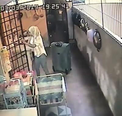 妈趁雇主外出喝喜酒,以雇主家偷窃后得到跑。(获得自脸书)