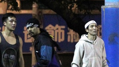 周董(中)和萧敬腾现身公园篮球场。