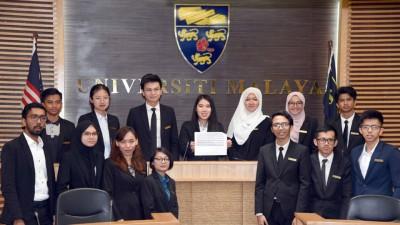 阿玛(后排左起)、蔡嘉敏、叶嘉诚、温尼莎、莉哈娜、阿菲嘉、洛曼与选委会成员公布马大校园选举成绩。