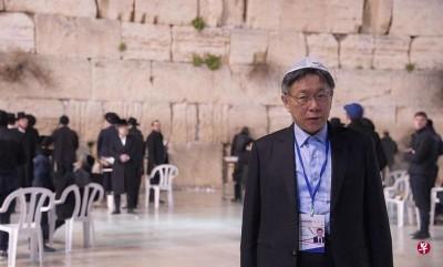 """台北市长柯文哲闪电访以60小时,归台时说""""大屠杀是对犹太人最大宣传"""",被批失言。"""