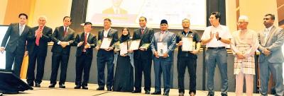 曹观友及沈志勤等人颁发奖状予表现优异的清真企业家。