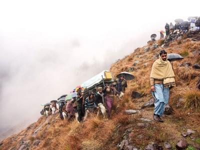 战事在克什米尔地区内的印巴实际控制线附近发生,当地居民为不幸丧生的家人举行葬礼。(法新社照片)