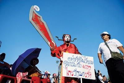 帮助泰国爱国党集会上,有人穿上奇装异服。(法新社照片)