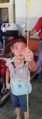 男童把哥哥鞭打他的藤条交给警方。