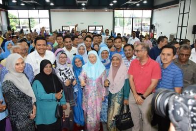 旺阿兹莎(前中)回到峇东埔与民交流。