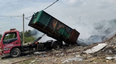 罗里倒下废料时火种仍在燃烧,导致车斗着火。