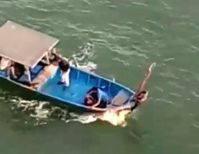 女子落海后被人及时发现,迅速被救起。