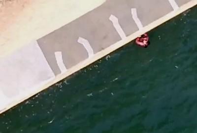 桥底可见到女子的身影。