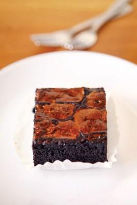 Brownie + Stout  Marshmallow(RM12)--上层烤至完全融化的黑啤口味棉花糖口感微甜焦脆,与下层口感湿润且不过甜的布朗尼蛋糕体堪称绝配。