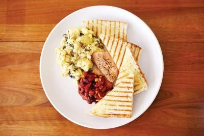 The Breakkie(from RM20)--看似平平无奇的早餐组合,亮点在于不用现成罐头、坚持自制的焗豆。使用红腰豆和利马豆烹调,口味偏酸,让人每一口都能吃到来自各种食材与调味的天然美味。