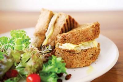 Hawaiian Chicken Sandwich(RM18.50)--表皮烤至微焦的厚片全麦土司、慢火炖煮至熟度刚好的手撕鸡胸肉、酸甜多汁的黄梨圈配上自制的蛋黄酱,口味清淡不腻。