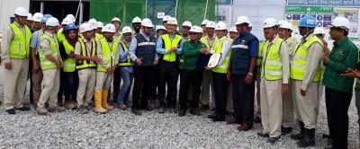 奥玛(右7)颁工业安全证书给承包商Kajima,由Hiroyuki Otaka接领,员工陪同合照。