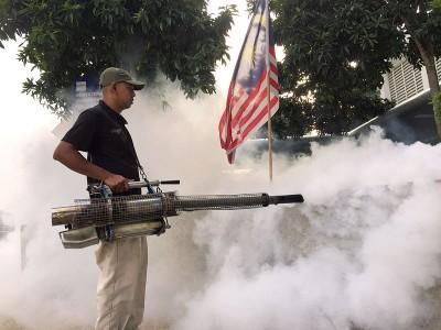 卫生局派员在各大黑区喷蚊雾。