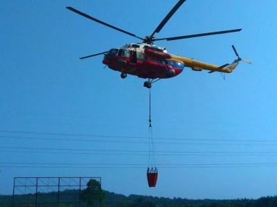 """消拯局周三出动直升机改采用""""水炸弹""""方式来进行扑灭林火。"""