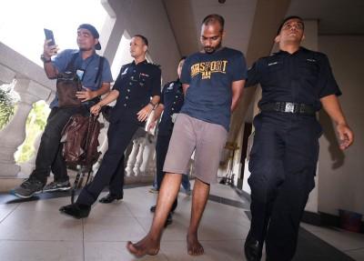 被告周五被带到法庭,面对3项抢劫罪名。