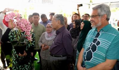 联邦直辖区部长卡立沙末陪同马哈迪出席国家景观日开幕礼。