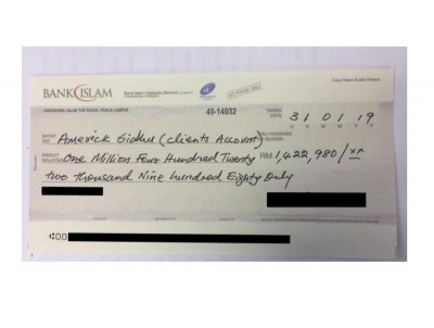 《砂拉越报告》出示疑似由伊斯兰党支付给克莱尔代表律师142万令吉的银行支票。