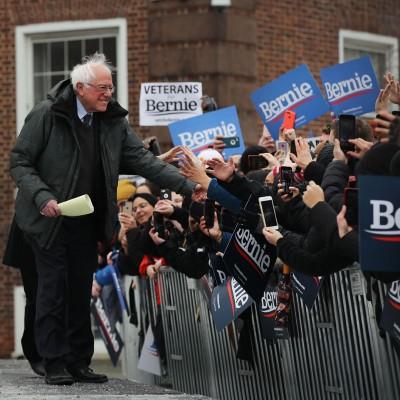 桑德斯(左)和支持者握手。(法新社照片)