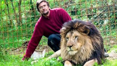 普拉谢克将狮子当宠物饲养。