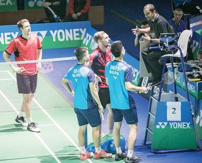 王耀新/张御宇在比赛中与裁判争议一次判决。