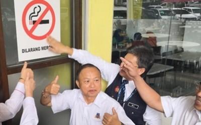 砂州禁烟令正式开跑,饮食坊外皆张贴禁烟贴纸。