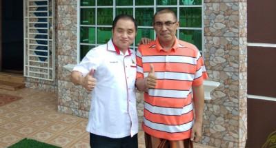黄瑞林(左起)与慕斯利敏竖起大拇指,表示后者的身体正逐步恢复健康,也感谢各界人士的关心。